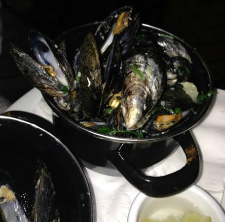 The Roadside Tavern: Mussels in white wine sauce.