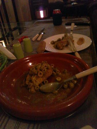 Riad Abaka: Notre chambre, la numéro 3. Le salon, coin repas et tv. La tajine au poulet citrons confit du ri