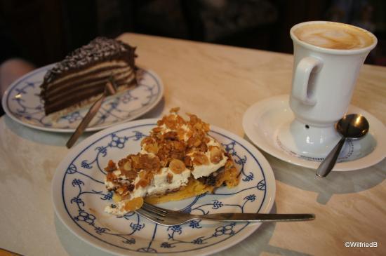puppen museums cafe zwei beispiele fr die leckeren kuchen - Kuchen Beispiele