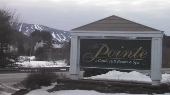 The Pointe at Castle Hill Resort : The view of Okemo from the front of the hotel.. nice and close.