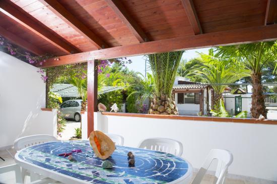 Ampia veranda con tavolo e sedie foto di la conchiglia residence