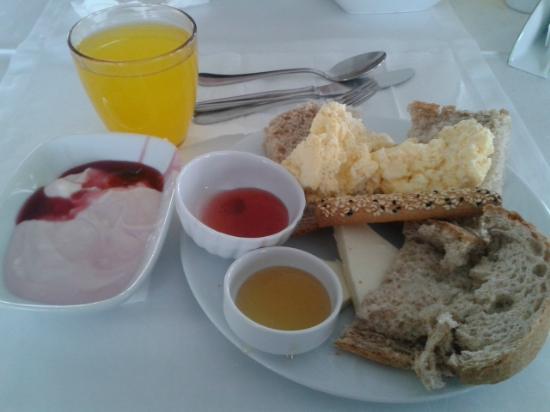 Alzer Hotel: Breakfast