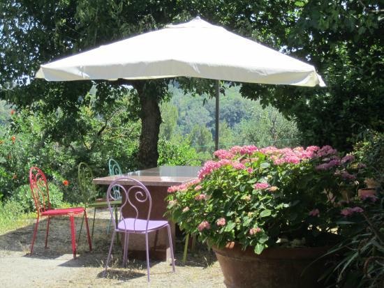 B&B A Casa di Lizzy: Il tavolo in giardino con le nuove sedie