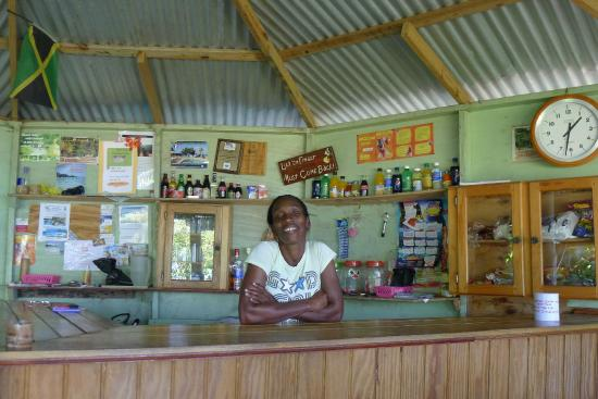 Mikuzi Port Antonio: Bar in fairy Hill