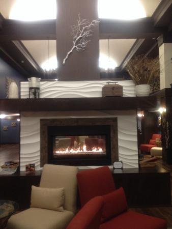 Four Points by Sheraton Bellingham Hotel & Conference Center: We were drawn to fireplace seating. Relaxing spot. Piano playing in background.