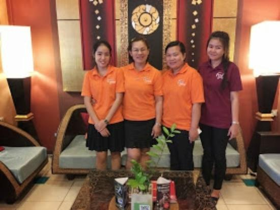 Parasol Hotel Chiang Mai by Compass Hospitality: My pic of staff right before my departure!