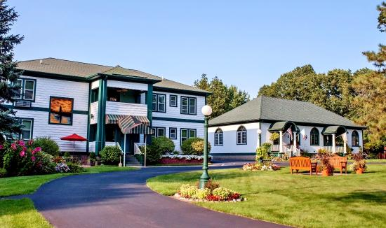 Victoria Resort Bed & Breakfast: The front view of the Victoria Resort property