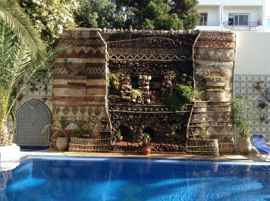 The Atlantic Hotel : mur végétal au bord de la piscine