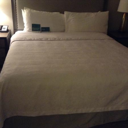 Homewood Suites by Hilton Tucson/St. Philip's Plaza University : ベッドはダブルなのでゆったり眠れました。アジア人には広すぎるかな?
