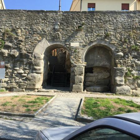 Walking in Etruria : below Cortona.