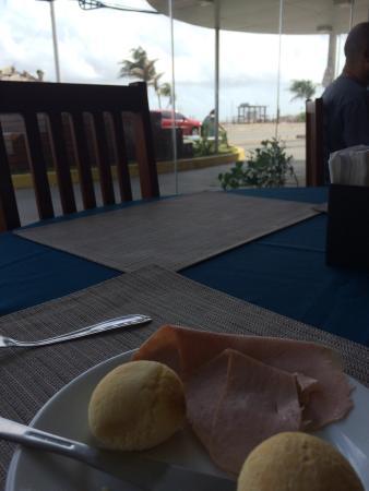 Litorânea Praia Hotel: Café da manhã. Muita variedade. Hotel limpinho móveis novos é Deboa qualidade. Canais telecine