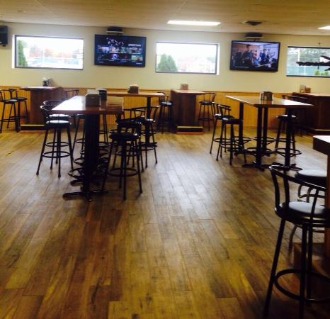Springville Sports Grill: Lots of bar room