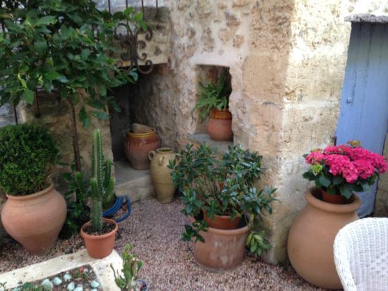 Les jarres provencales ravel photo de la maison du peintre en provence mallemort tripadvisor - La maison du peintre ...