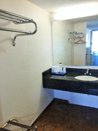 Tollway Inn: Bathroom