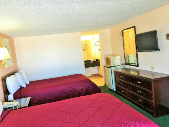 Tollway Inn: Two Double Bed