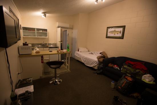 جدجز بوول موتل: Living, bed, dining, kitchen