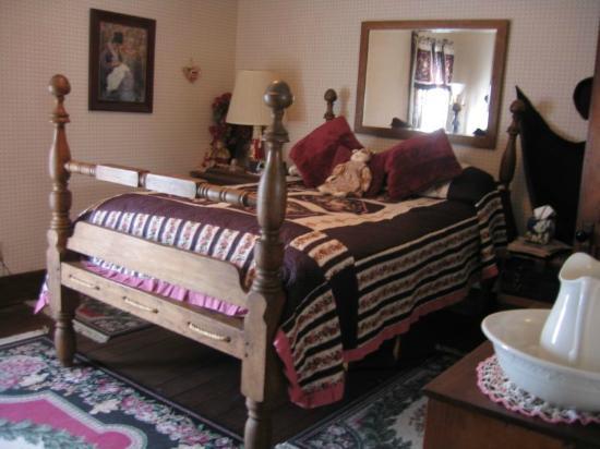 Jamesport, MO: Rose bedroom