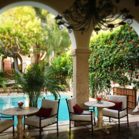 Casa Lecanda Boutique Hotel: Pool side dining during breakfast