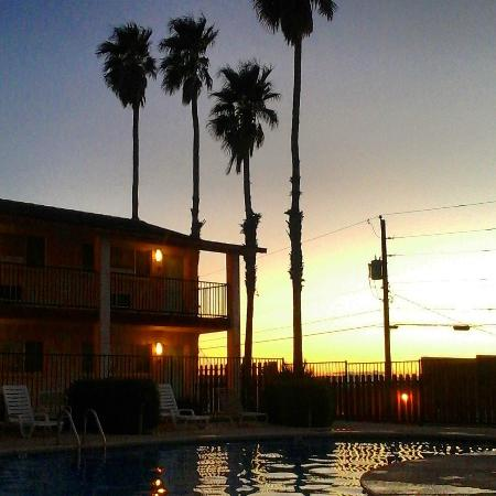 Knights Inn Lake Havasu City: Sunset poolside.