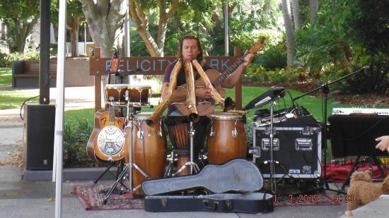 The Caloundra Street Fair : Didgeridoo player