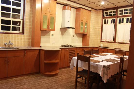 Cafe Shillong Bed & Breakfast: Kitchen & Dining Area