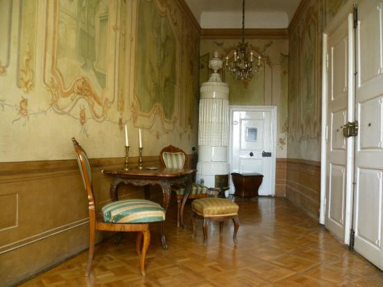 De la Motte - Beer Palota: A falakat korabeli festmények díszítik