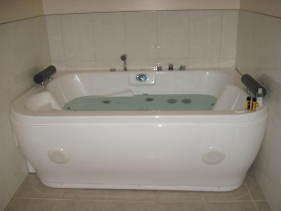 The Olive Motel : Epic spa bath