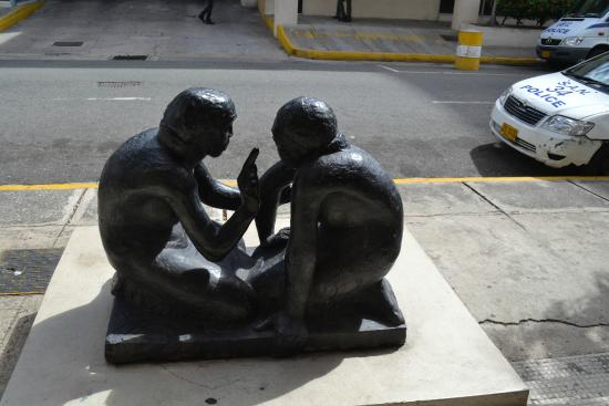 National Gallery: Скульптура на входе в галерею.