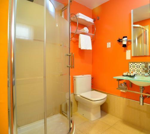 Globales Acis & Galatea Hotel: Baño habitación individual