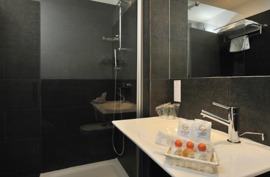 Globales Acis & Galatea Hotel: Baño habitación