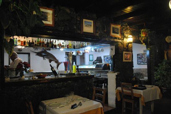 Casa Rafa Restaurante de Mar: Inside, obtained by a house - l'interno, era una casa!