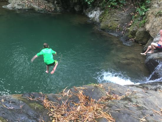 Uvita Waterfall: Jumping into the lower pool