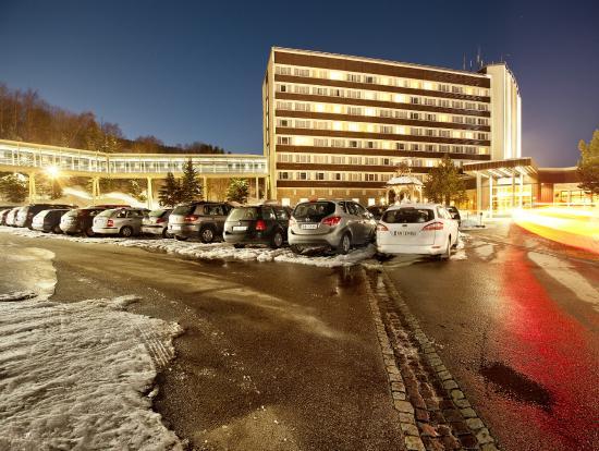 AHORN Hotel Am Fichtelberg: Außenansicht im Winter bei Nacht
