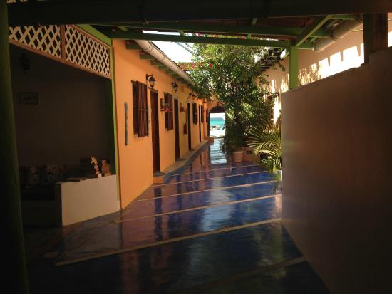 Posada Dona Carmen: el pasillo interno del hotel, que termina en la playa