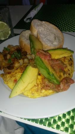 Lluvia Deli Bar & Artefacto: Veggie omelet with avocado