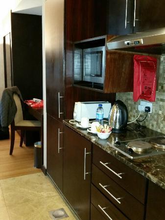 Tulip Creek Hotel Apartments : kitchet