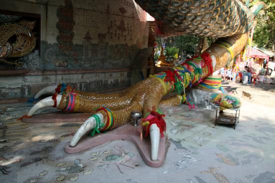 templo de buda gigante rodeado por una serpiente