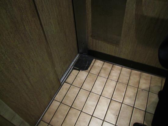 Royal Pacific Motor Inn : Dirty worn elevator
