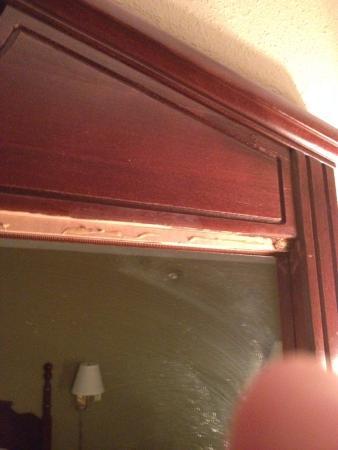 Knights Inn Lenoir City: Busted mirror wood frame
