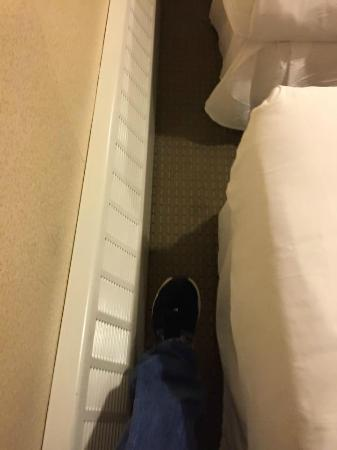Econo Lodge Times Square: Room between the end of the bed and the wall