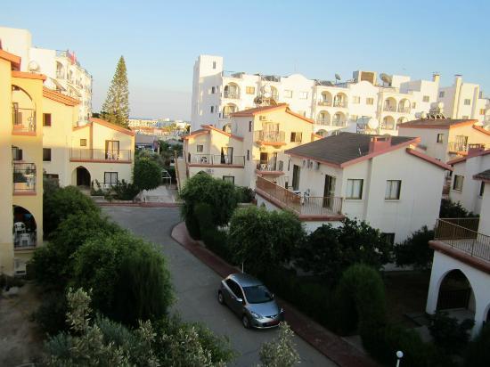 Windmills Hotel Apartments : Вид с балкона на территорию отеля