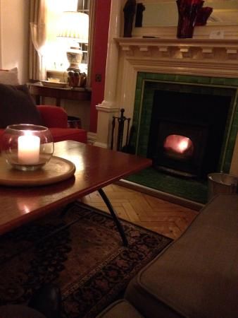 Northfield Hotel: Warming by the fire