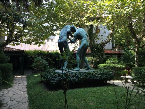 Jardin con escultura box picture of museo casa de for Casa jardin buenos aires