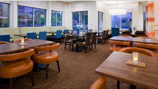Hilton Garden Inn Minneapolis St. Paul-Shoreview: Enjoy a cup of coffee or breakfast at our recently renovated breakfast area