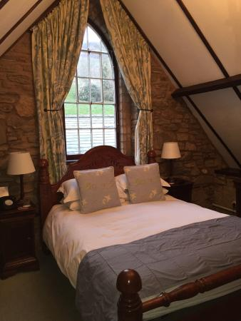 Tudor Farmhouse Hotel: Very comfy bed and cosy room