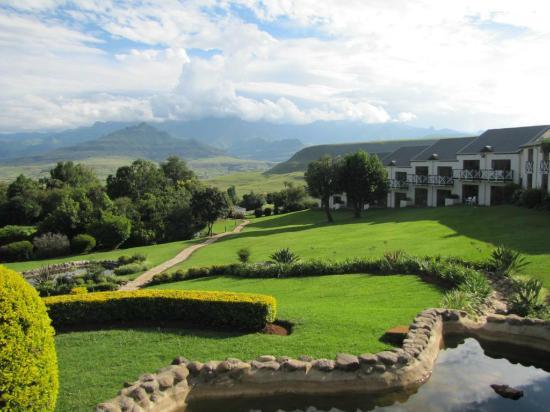 Mont Aux Sources Hotel: A view towards Drakensberg Mountains