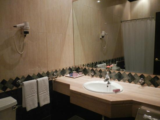 Triumph Hotel: Bathroom