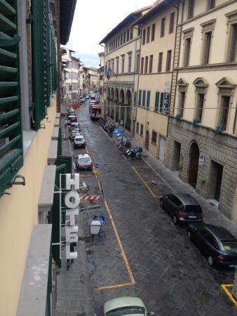 Loggia Fiorentina: Вид из окна номера на улочку. Раннее утро.
