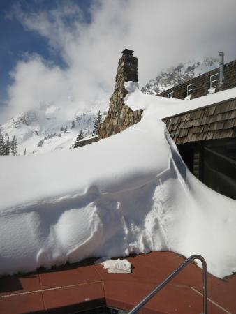 Alta Peruvian Lodge: snow by the jacuzzi