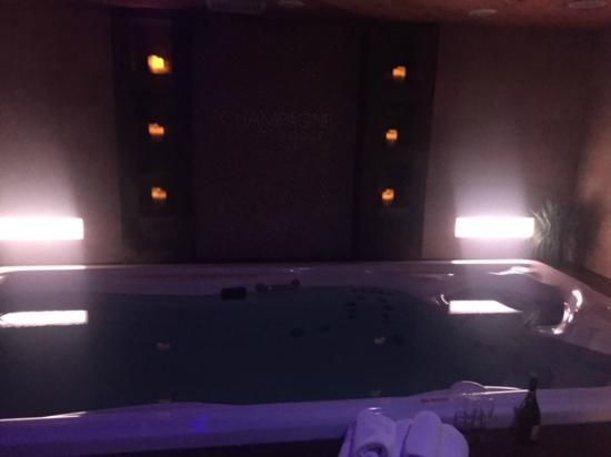 Champagne Lodge and Luxury Suites: Hot tub in swim and spa suite :)